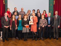 Vertreterinnen aus Zentrumsschulhäusern, Schulleitung, Stadtverwaltung und Kanton nach der Preisübergabe. (Fotos: DVS/Heidi Hostettler)