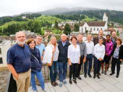 Regierungsräte mit Partnerinnen und die Delegation des Stadtrates auf dem Stadthaus-Dach.